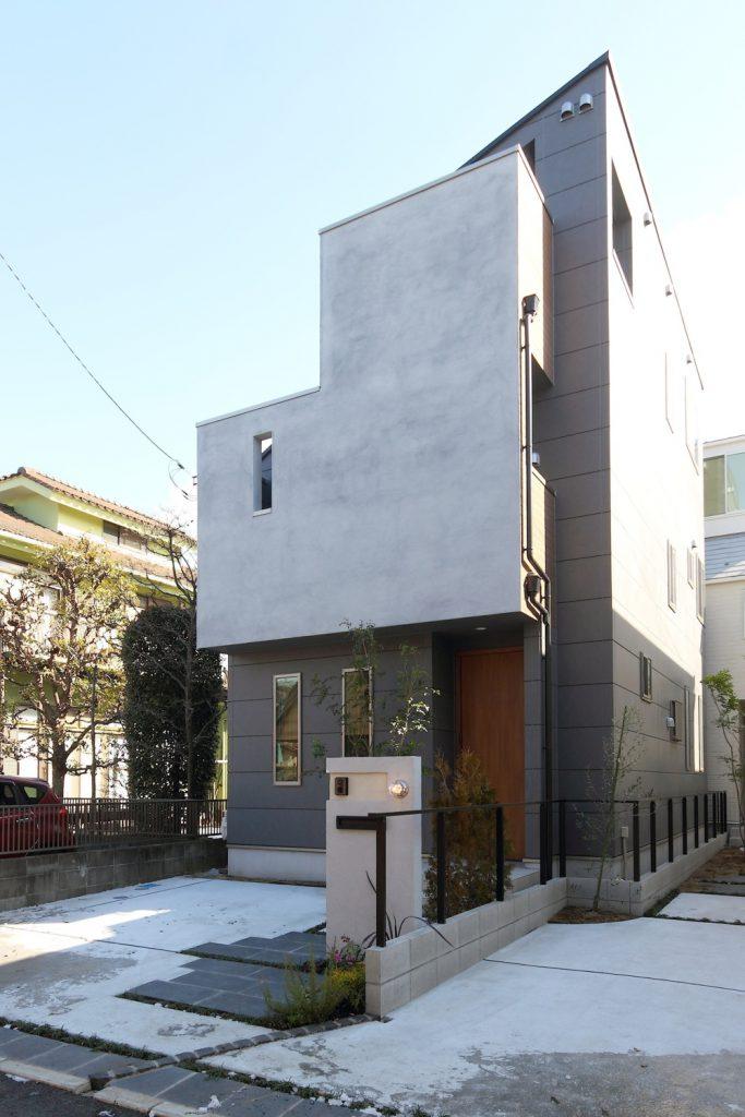 ルーフバルコニーとプライベートリビングのある都市型住宅
