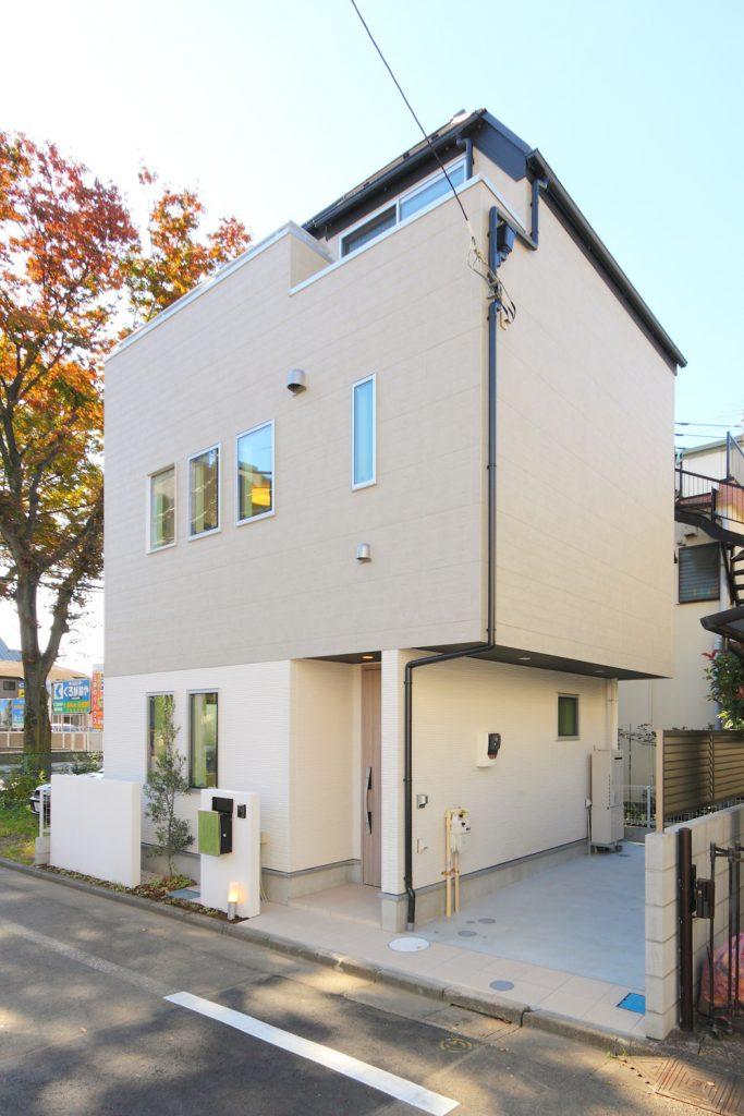 グリーンとホワイトの配色がさわやかな都市型住宅