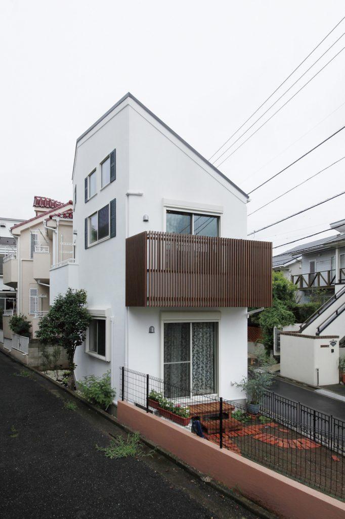 三角形の狭小敷地を最大限に活かした14坪の洋風邸宅